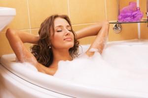 женщина принимает ванну, чтобы избежать роста вагинальной кисты